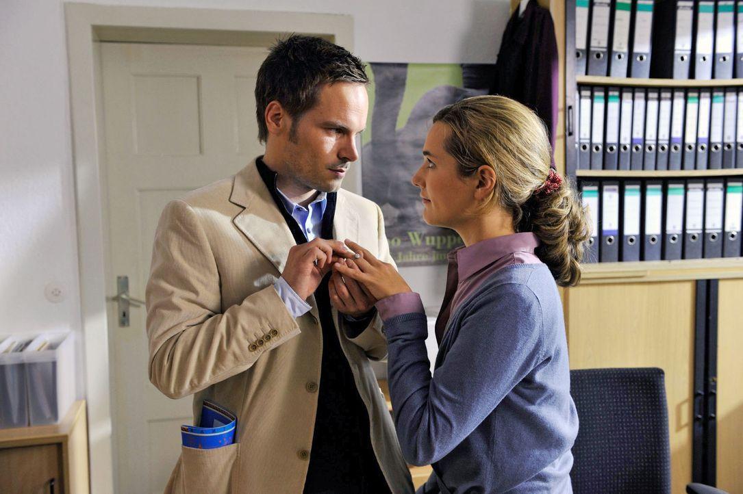 Vanessa (Alissa Jung, r.) ist überwältigt, als Tim (Wanja Mues, l.) ihr einen romantischen Heiratsantrag macht. Kurz darauf reist er dienstlich alle... - Bildquelle: Hardy Brackmann Sat.1