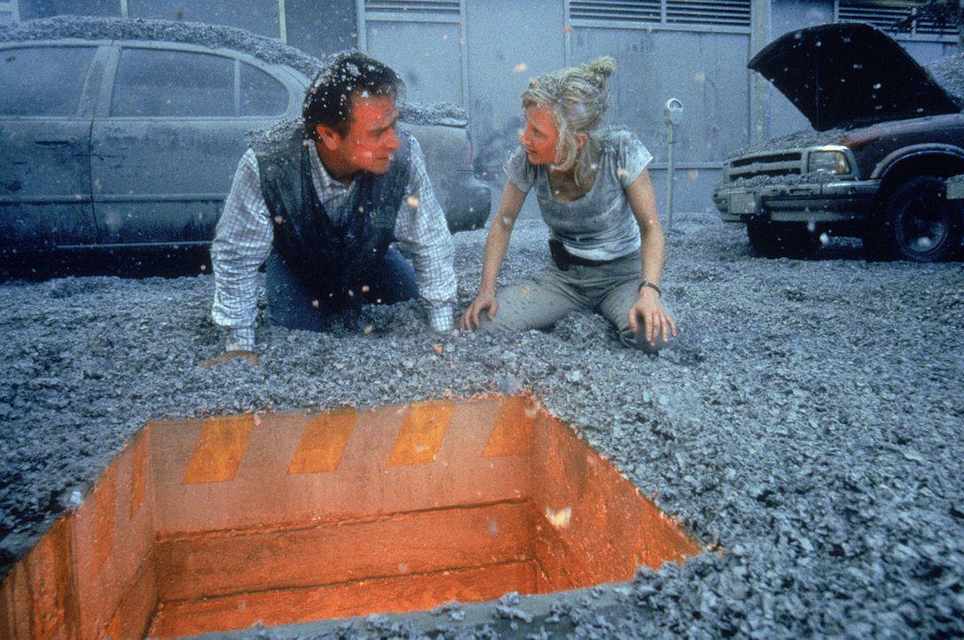 Wird es Dr. Amy Barnes (Anne Heche, r.) und Mike Roark (Tommy Lee Jones, l.) gelingen, die Katastrophe zu verhindern und die Bewohner von Los Angele... - Bildquelle: 20th Century Fox