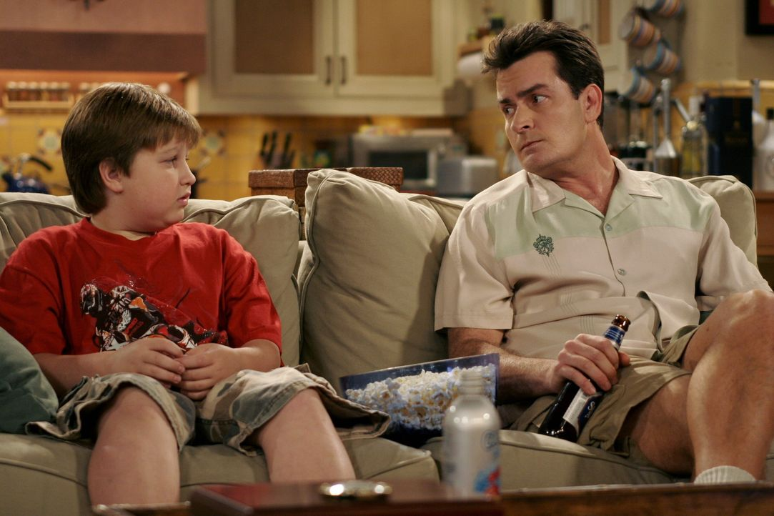 Jake (Angus T. Jones, l.) hofft von seinem Onkel (Charlie Sheen, r.) zu erfahren, mit wem sich sein Vater heimlich trifft ... - Bildquelle: Warner Brothers Entertainment Inc.