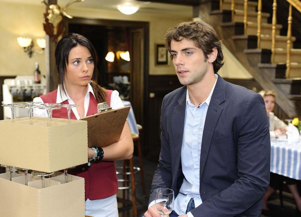 Jonas(Roy Peter Link, r.) meint es diesmal wirklich ernst mit seiner Trennung von Katja und offenbart sich Paloma (Maja Maneiro, l.) ... - Bildquelle: Sat.1
