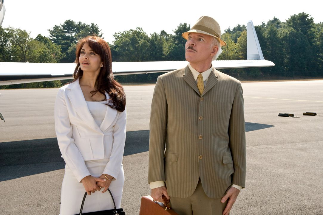 "Sonia (Aishwarya Rai, l.) und Jacques Clouseau (Steve Martin, r.) begeben sich gemeinsam auf die Suche nach dem gestohlenem Diamanten- dem ""Rosarote... - Bildquelle: Peter Iovino 2009 Metro-Goldwyn-Mayer Pictures Inc. and Columbia Pictures Industries, Inc. All rights reserved."