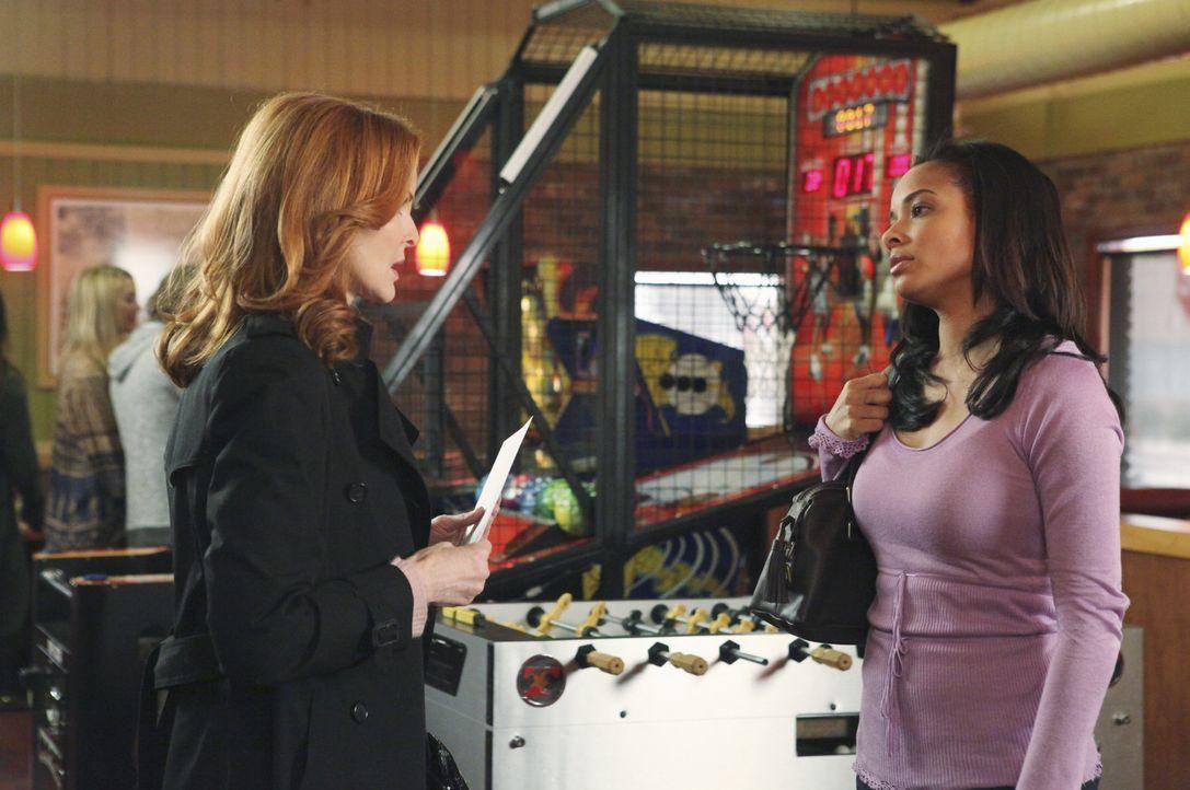Wird Bree (Marcia Cross, l.) Amber (Rochelle Aytes, r.) und Charlie erfolgreich von Keith fernhalten können? - Bildquelle: ABC Studios