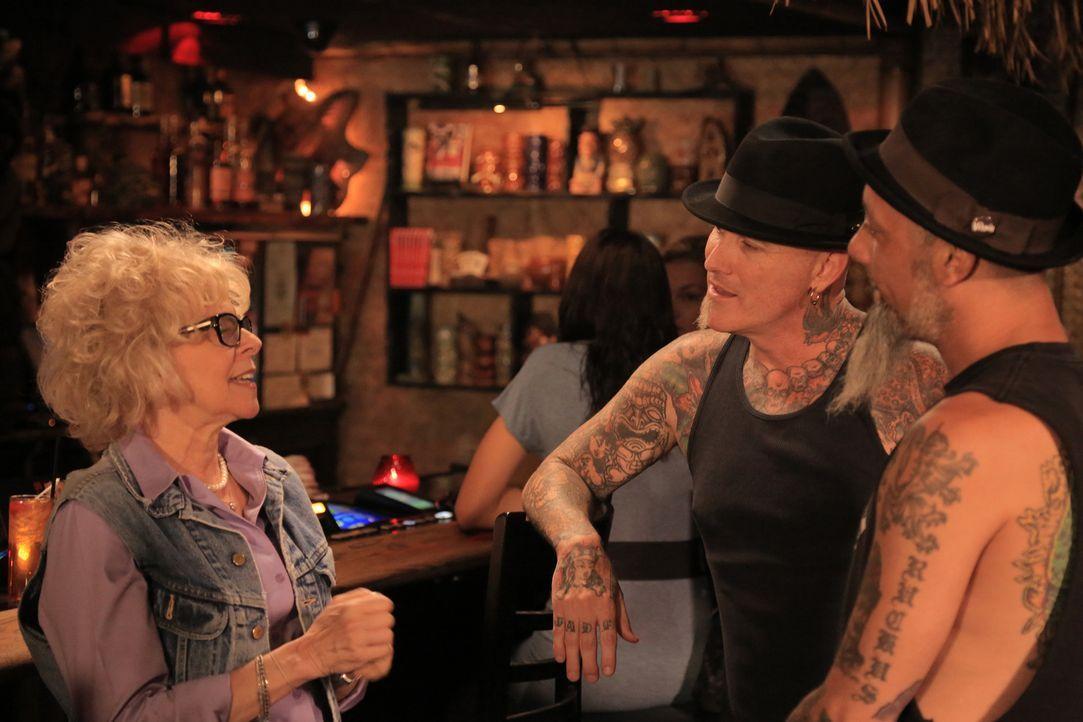 Die 65-jährige S.J. (l.) überrascht Dirk (M.) und Ruckus (r.) mit ihrem provokanten Tattoo ... - Bildquelle: 2013 A+E Networks, LLC
