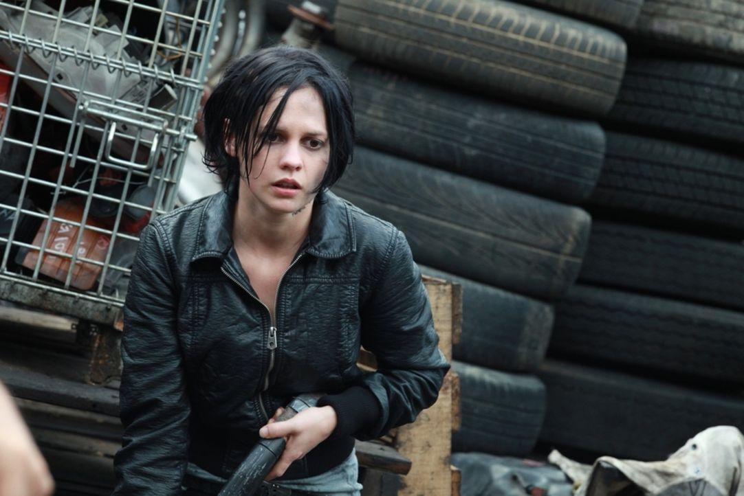Im Visier mörderischer Zombies: Jude (Melanie Zanetti) ... - Bildquelle: 2013 BOTD Productions LTD. PTY. All Rights Reserved