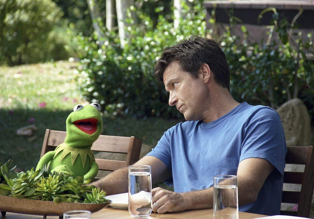 Kermit (l.) nimmt sich eine Auszeit in einer Wellnesseinrichtung, wo er auf Jason Bateman (r.) trifft. Doch das hat zur Folge, dass die Erholung dah... - Bildquelle: Andrea McCallin ABC Studios