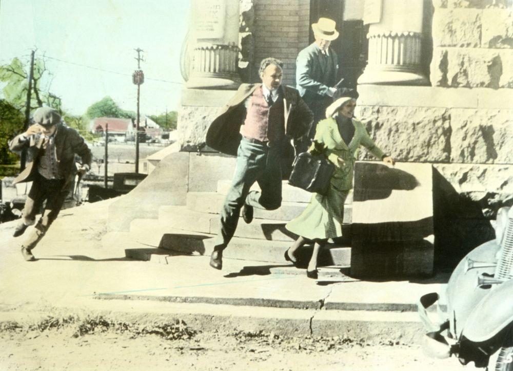 Nach einem gelungenen Banküberfall flüchten C. W. Moss (Michael J. Pollard, l.), Buck (Gene Hackman, 2.v.l.), Clyde (Warren Beatty, 2.v.r.) und Bo... - Bildquelle: Warner Bros.