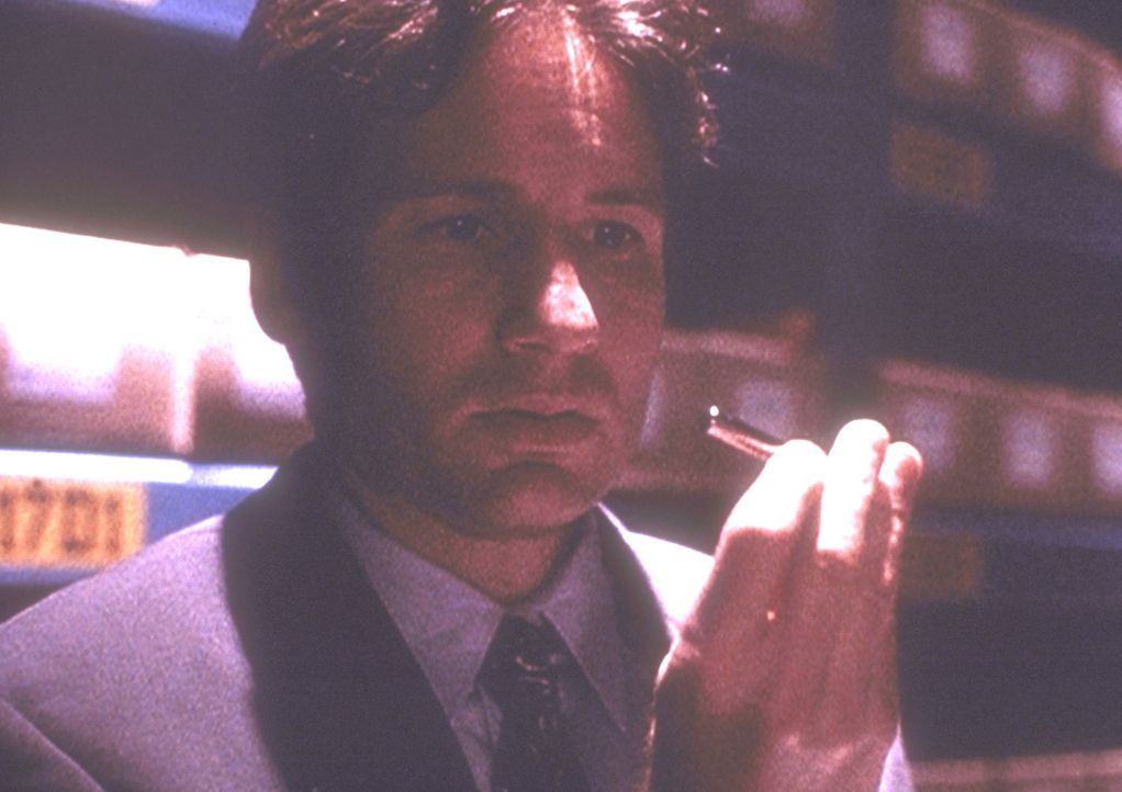 In einem geheimen Archiv des Pentagon findet Mulder (David Duchovny) ein vermeintliches Heilmittel gegen Krebs. - Bildquelle: TM +   2000 Twentieth Century Fox Film Corporation. All Rights Reserved.