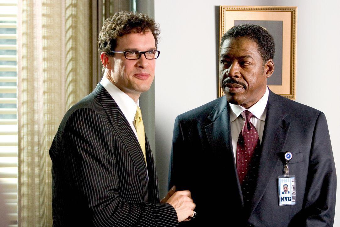Widerwillig lässt sich Gracie Hart von ihrem Vorgesetzten, Agent McDonald (Ernie Hudson, r.), zu ihrer neuen Aufgabe überreden: Mit der Hilfe von St... - Bildquelle: Warner Bros. Television