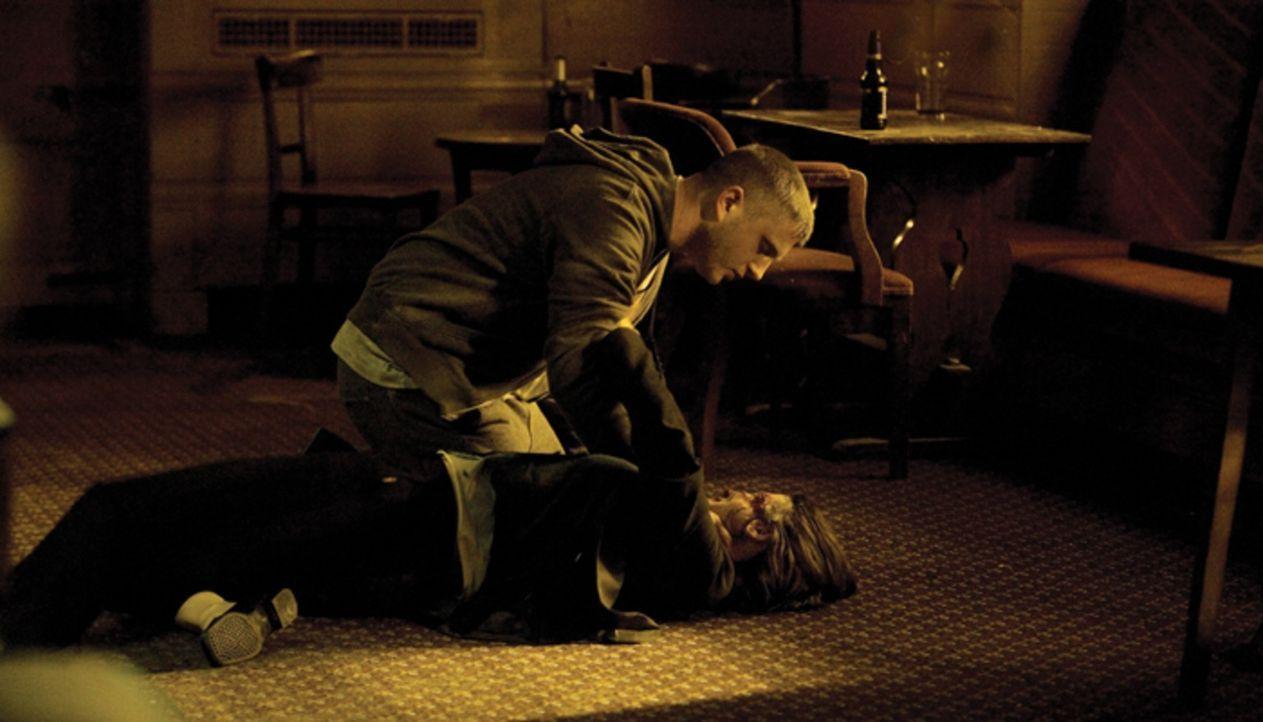 Als Noel (Ben Drew, oben) versucht, auch noch Detective Alice Frampton (Emily Mortimer, unten) zu ermorden, da mobilisiert Harry seine letzten Kräft... - Bildquelle: Ascot Elite Home Entertainment GmbH