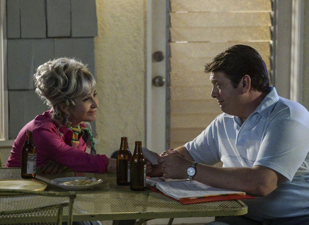 Wird sich Meemaw (Annie Potts, l.) schlussendlich doch dazu überreden lassen, George (Lance Barber, r.) ihr berühmtes Rinderbrustrezept zu geben? - Bildquelle: Warner Bros.