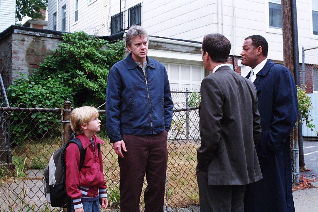 Obwohl inzwischen selbst Vater eines Sohnes, steht das Opfer von anno dazumal, der lethargische und schwer traumatisierte Dave (Tim Robbins, 2.v.l.)... - Bildquelle: Warner Bros. Pictures