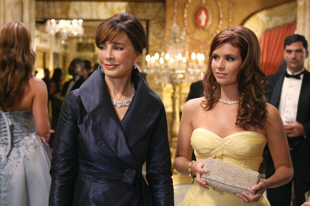 Auf einem Charity-Event ihrer neuen Arbeitgeberin Laurel Limoges (Anne Archer, l.) taucht unerwartet Megans (Joanna Garcia, r.) Schwester Lily auf.... - Bildquelle: Warner Bros. Television