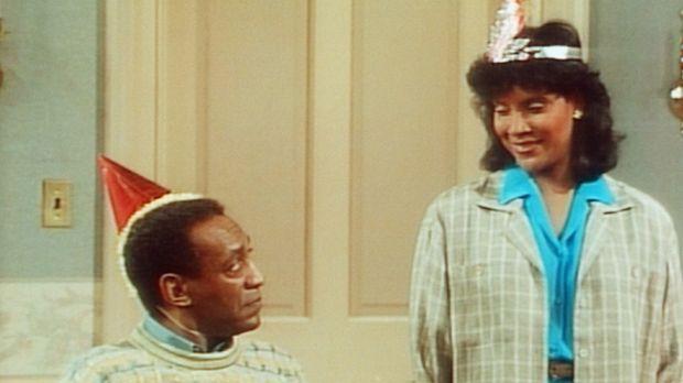 Clair (Phylicia Rashad, r.) und Cliff (Bill Cosby, l.) feiern am Nachmittag d...