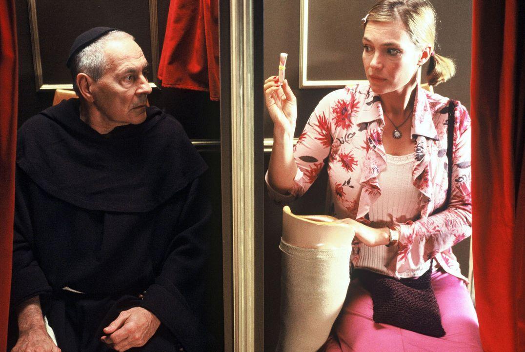 Amelie Schröder (Aglaia Szyszkowitz, r.) will Pater Gregor (Peter Fitz, l.) Geld anbieten. - Bildquelle: Krumwiede Sat.1