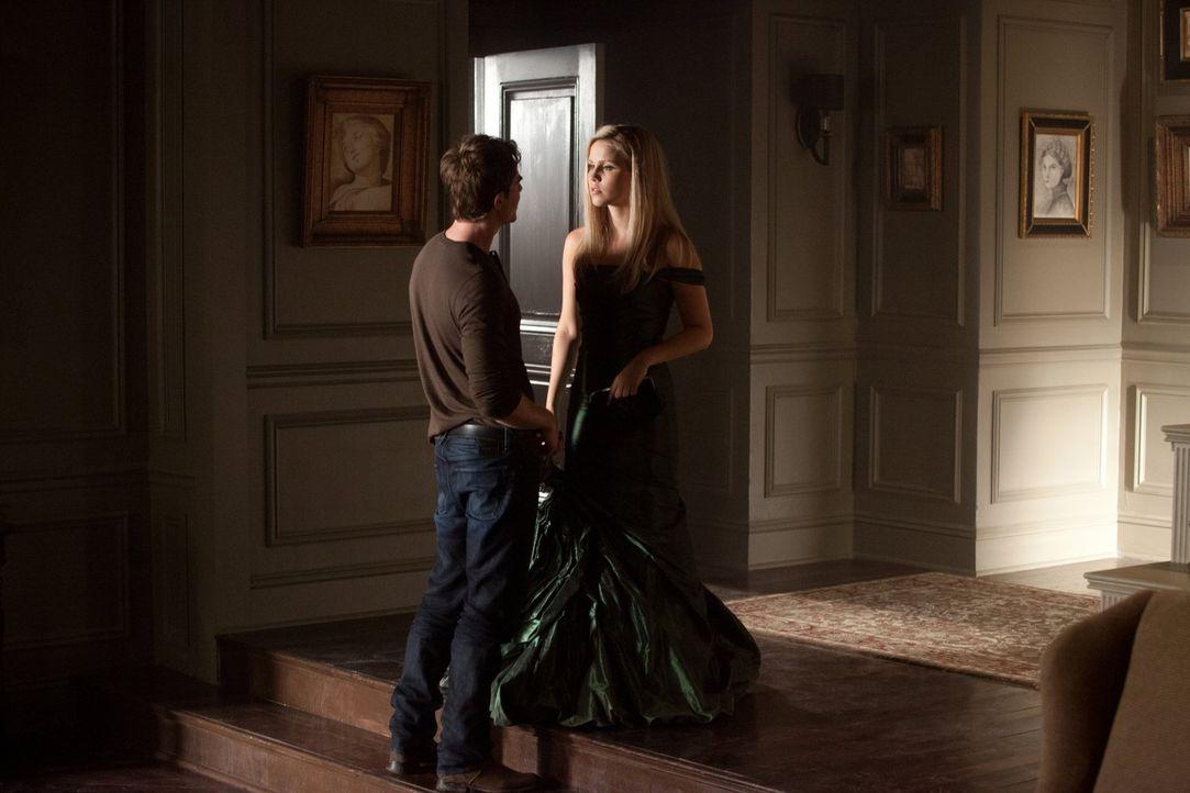 Kol (Nathaniel Buzolic, l.) kann sich einen schnippischen Kommentar Rebekah (Claire Holt, r.) gegenüber nicht verkneifen, als diese morgens nachhau... - Bildquelle: Warner Brothers