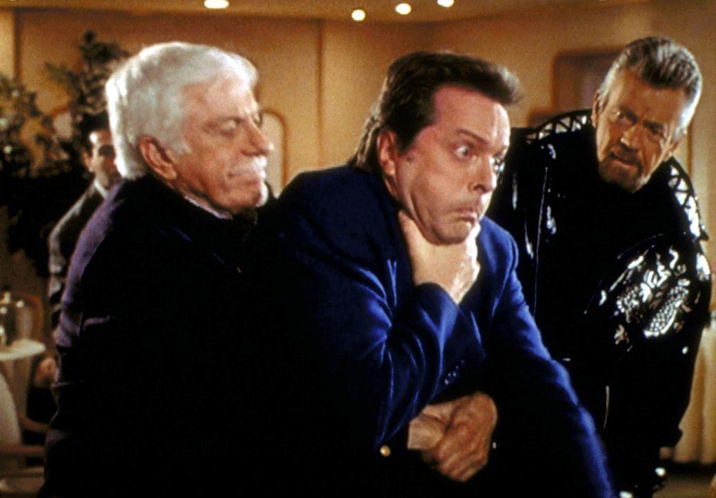 Mark (Dick van Dyke, l.) bewahrt den Schauspieler Jerry Lane (Ian Ogilvy, M.) durch sein schnelles Eingreifen vor dem Ersticken. - Bildquelle: Viacom