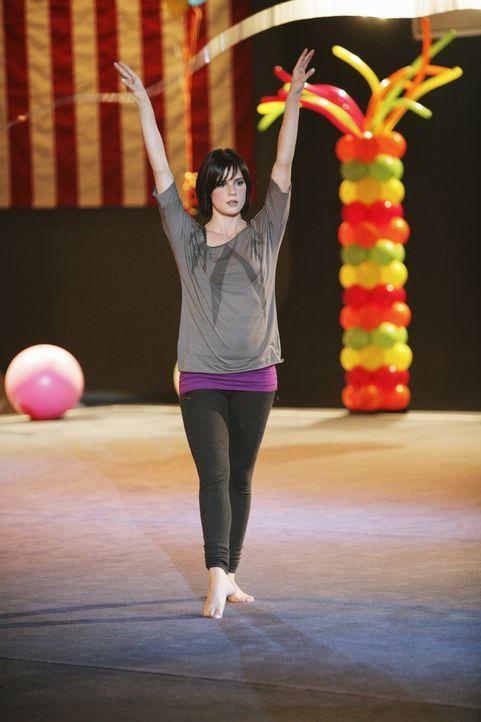 """Am Tag der offenen Tür im """"Rock"""" soll auch Emily (Chelsea Hobbs) etwas vorführen, wovon sie anfangs überhaupt nicht begeistert ist ... - Bildquelle: 2009 DISNEY ENTERPRISES, INC. All rights reserved."""