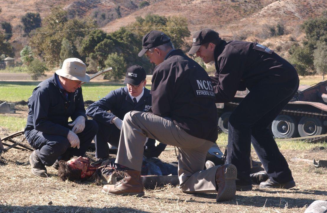 Bei Geras (Michael Guanera, liegend) Tod wird endgültig klar, dass es in der Abteilung einen Verräter gibt, der interne Informationen an Napalitano... - Bildquelle: CBS Television