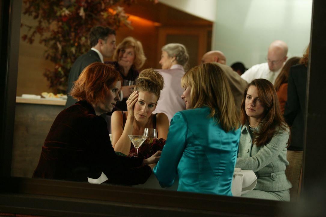 Bei einem Cocktail erfahren Carrie (Sarah Jessica Parker, 2.v.l.), Miranda (Cynthia Nixon, l.) und Charlotte (Kristin Davis, r.) vom Sam (Kim Cattra... - Bildquelle: Paramount Pictures
