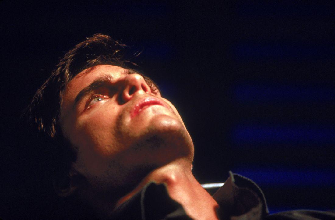 Als Amanda von Niran entführt und zu seiner Blutsklavin gemacht wird, muss Connor (Colin Egglesfield) eine schwere Entscheidung treffen, denn nur a... - Bildquelle: 2002 Global Entertainment Productions GmbH & Co. Movie KG. All Rights Reserved.