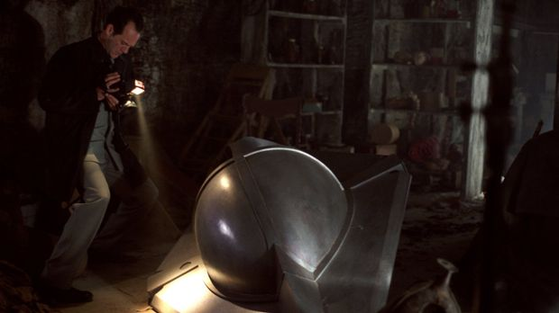 Nachdem Reporter Roger Nixon (Tom O'Brien) Clarks Raumschiff im Keller der Ke...