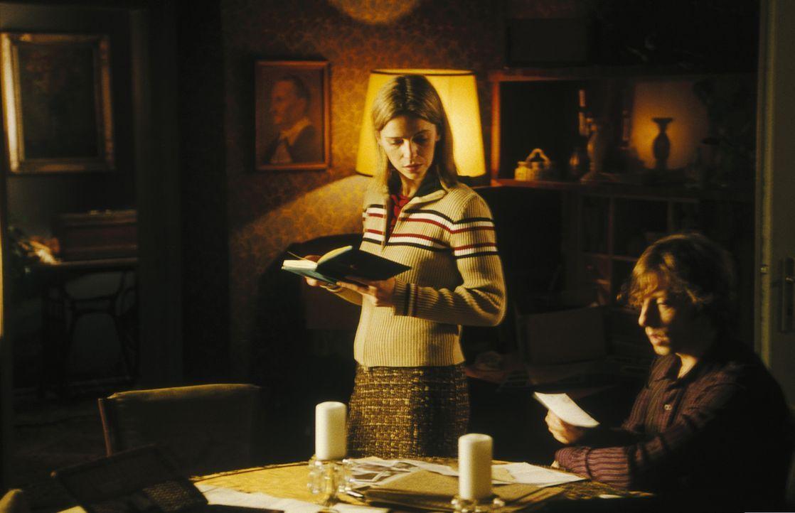 Obwohl Helena (Lucie Zednicková-Pokorná, l.) keinerlei Interesse an der Aufklärung des mysteriösen Todes ihrer Mutter zeigt, kann Lenny (Oliver... - Bildquelle: Jiri Hanzl ProSieben