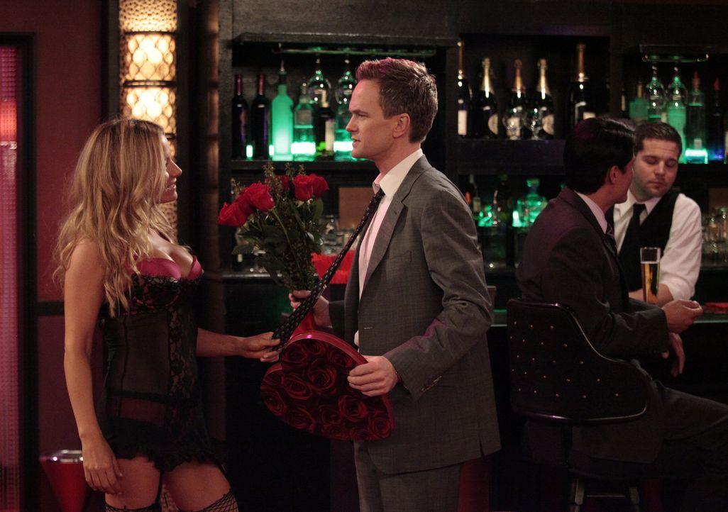 Barney (Neil Patrick Harris, 2.v.l.) möchte Quinn (Becki Newton, l.) nach dem Date und ihrem Schäferstündchen unbedingt wieder sehen. Das Problem... - Bildquelle: 20th Century Fox International Television