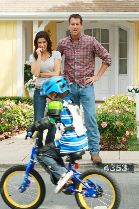 Um seinem Sohn M.J. (Mason Vale Cotton, vorne) eine Freude zu machen, kauft Mike (James Denton, r.) ihm ein Fahrrad. Doch Mike hat nicht genug Zeit,... - Bildquelle: ABC Studios