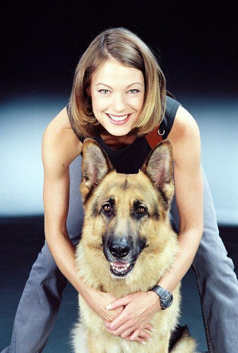 Kriminalinspektorin Niki Herzog (Elke Winkens) mit Rex ... - Bildquelle: Ali Schafler Sat.1