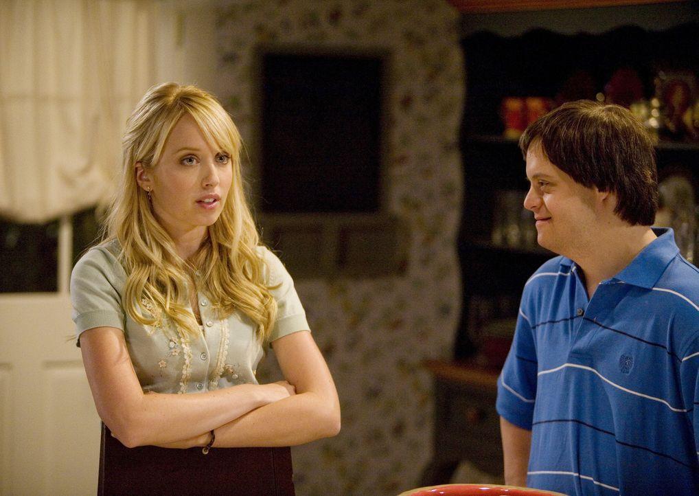 Tom (Luke Zimmerman, r.) findet es garnicht gut, dass seine große Schwester Grace (Megan Park, l.) ihren Keuschheitsring abgenommen hat... - Bildquelle: ABC Family