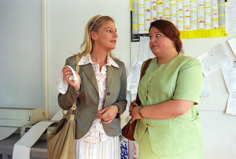Petra Wieners (Nadja Zwanziger, r.), die übergewichtige Mitarbeiterin eines Möbelhauses, will ihren Chef verklagen, weil er noch nie mit ihr geflirt... - Bildquelle: Noreen Flynn Sat.1