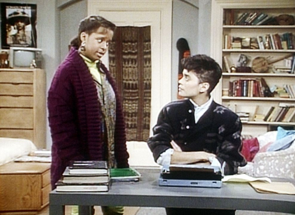 Vanessa (Tempsett Bledsoe, l.) hat sich von Denise (Lisa Bonet, r.) einen Pullover genommen, obwohl Denise ihr das ausdrücklich verboten hat. - Bildquelle: Viacom