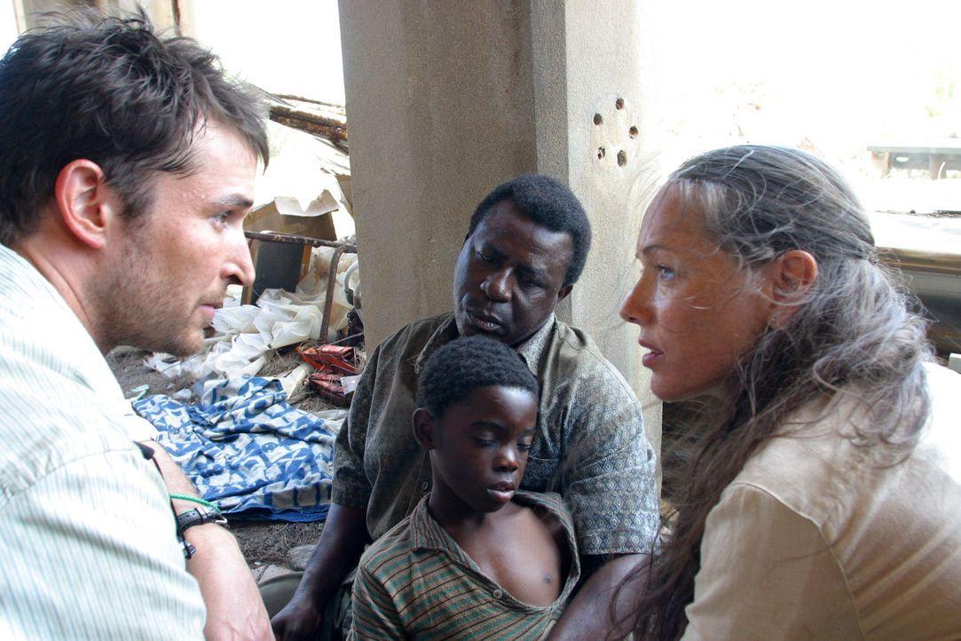Carter (Noah Wyle, l.) versorgt mit Schwester Gillian (Simone-Elise Giraud, r.) einen lungenkranken Jungen ... - Bildquelle: National Broadcasting Company (NBC)