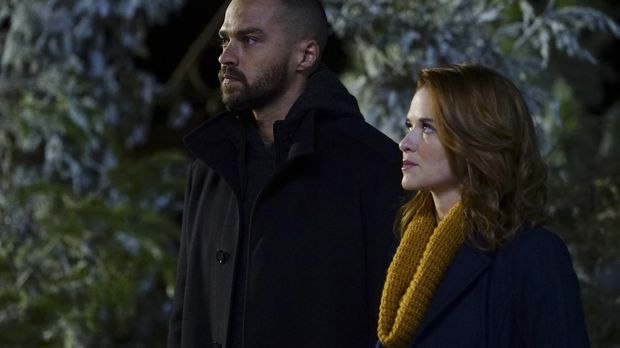 Jackson (Jesse Williams, l.) und April (Sarah Drew, r.) müssen in den Bundess...