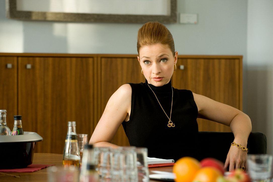 """Eddys Assistentin Antonia Gruber (Loretta Stern) spekuliert auf Mias Stelle und lässt nichts unversucht, um ihr zu schaden. Als sie denkt, den """"ech... - Bildquelle: SAT.1"""