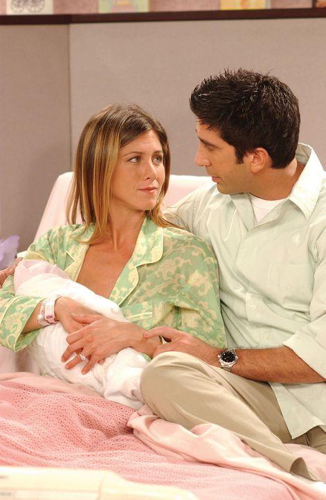 Während ihres Krankenhausaufenthaltes bildet sich Rachel (Jennifer Aniston, l.) ein, einen Heiratsantrag von Joey erhalten zu haben. Ziemlich wüte... - Bildquelle: TM+  WARNER BROS.