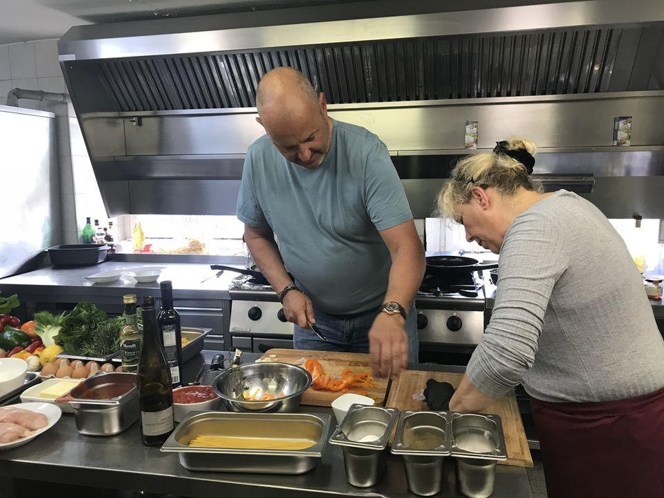"""Nachdem die 55-jährige Andrea Cambiolo mit ihrem Restaurant """"Culo del Mondo"""" (Übersetzung: Arsch der Welt) pleitegeht, übernimmt kurzerhand ihre une... - Bildquelle: kabel eins"""