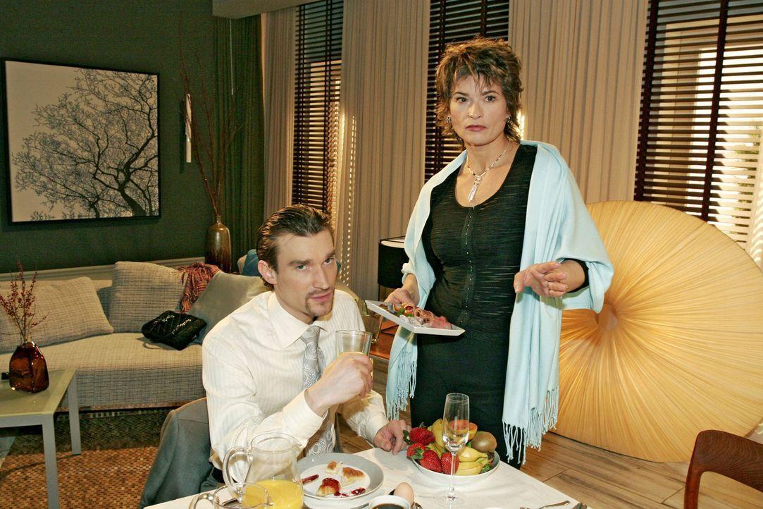 Richard (Karim Köster, l.) wundert sich, dass seine Mutter Sophie (Gabrielle Scharnitzky, r.) unbedingt die Anmoderation für Davids Show übernehmen... - Bildquelle: Monika Schürle Sat.1