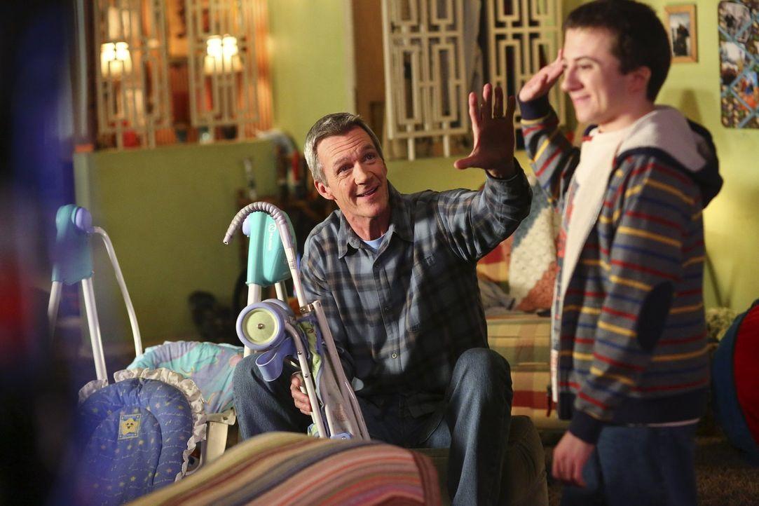 Finden Mike (Neil Flynn, l.) und Brick (Atticus Shaffer, r.) einen Weg, Frankie aufzumuntern, nachdem sie erfahren hat, dass sie keine Kinder mehr b... - Bildquelle: Warner Bros.
