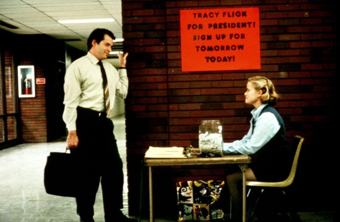 High-School-Lehrer Jim McAllister (Matthew Broderick, l.) will verhindern, dass die überehrgeizige Streberin Tracy Flick (Reese Witherspoon, r.) zur... - Bildquelle: Paramount Pictures