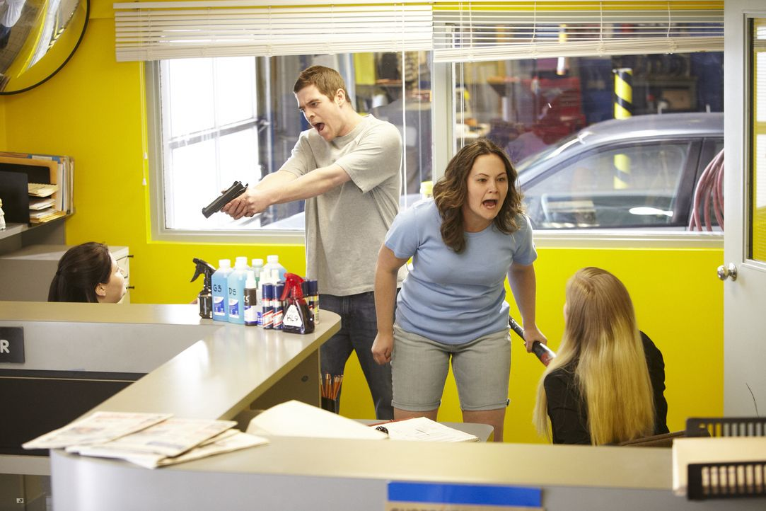Eigentlich hätte es ein ganz normaler Arbeitstag werden sollen, doch plötzlich richtet Edward jr. (2.v.l.) eine Waffe auf Christie (l.) und seine Fr... - Bildquelle: Ian Watson Cineflix 2014