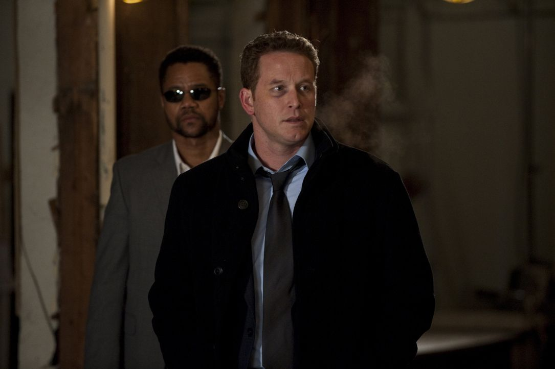 Bei dem Versuch, den Killer Arbor (Cuba Gooding Jr., l.) aufzuhalten, gerät Allan (Cole Hauser, r.) selbst ins Visier der Ermittler ... - Bildquelle: 2011 Sony Pictures Worldwide Acquisitions Inc. All Rights Reserved