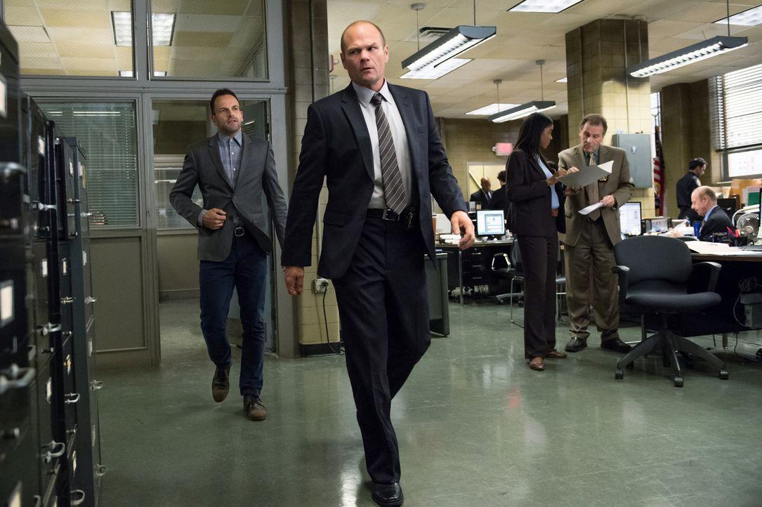 Geraten bei den Ermittlungen im aktuellen Fall aneinander: Holmes (Jonny Lee Miller, l.) und Detective Gerry Coventry (Chris Bauer, 2.v.l.) ... - Bildquelle: CBS Television
