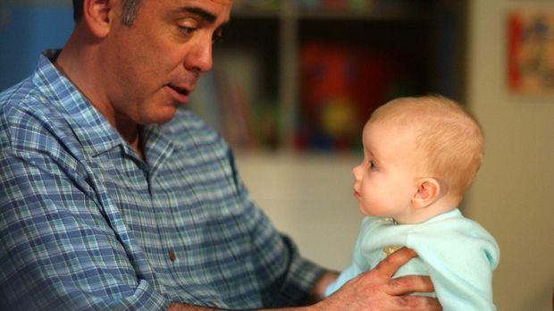 Walter (Adam Arkin, l.) hat eine Überraschung für seinen Sohn Bob (Darsteller...