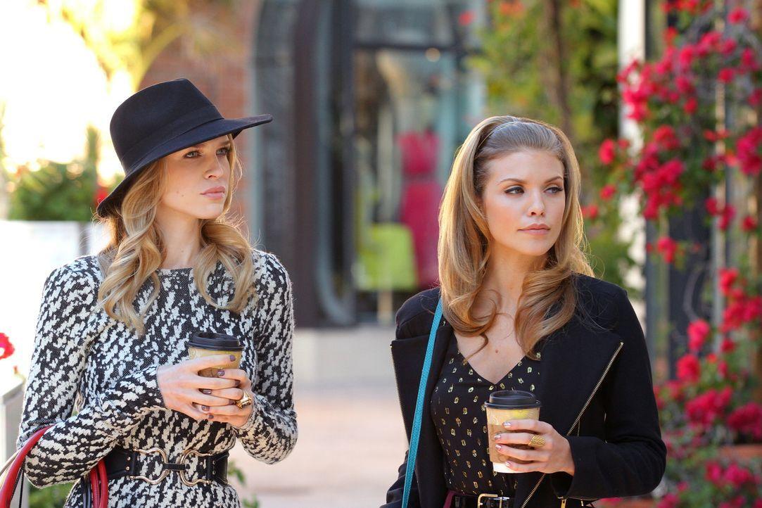 Ihr Versuch, Jen (Sara Foster, l.) zu beeindrucken, scheint zu funktionieren, doch dann muss Naomi (AnnaLynne McCord, r.) feststellen, dass sie eine... - Bildquelle: 2011 The CW Network. All Rights Reserved.