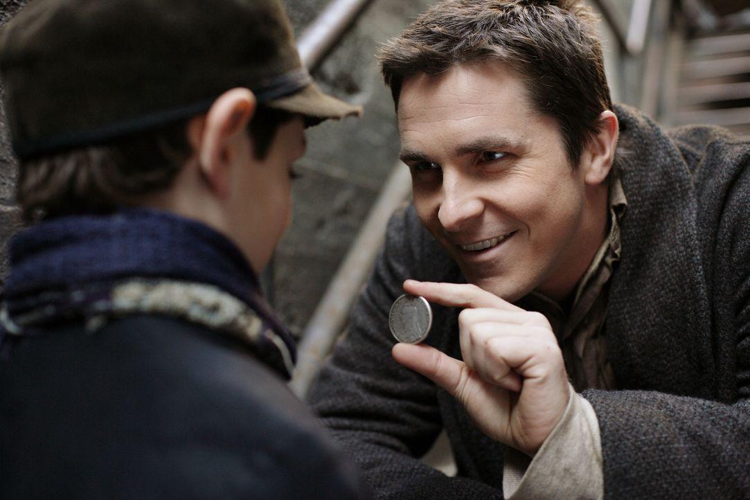 Alfred Borden (Christian Bale, r.) zeigt einem kleinen Jungen sein Können ... - Bildquelle: Warner Television