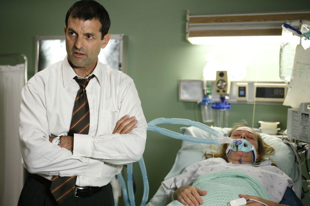 James (Mark Harelik, l.) ist besorgt um seine Frau Alison (Lucinda Jenney, r.), die mit Magenbeschwerden und Kreislaufproblemen ins County eingelief... - Bildquelle: Warner Bros. Television