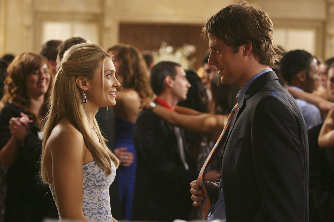 Der anstehende Greek-Ball lässt alte Erinnerungen wieder aufleben. Evan (Jake McDorman, r.) und Casey (Spencer Grammer, l.) fällt wieder ein, wie si... - Bildquelle: ABC Family