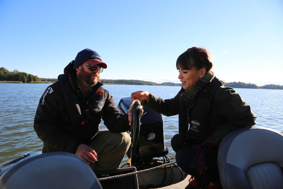 Auf dem Sibbo See lernt Rachel (r.) von dem Fischer Jean (l.) einiges über das Fischen ... - Bildquelle: Richard Hall BBC 2014
