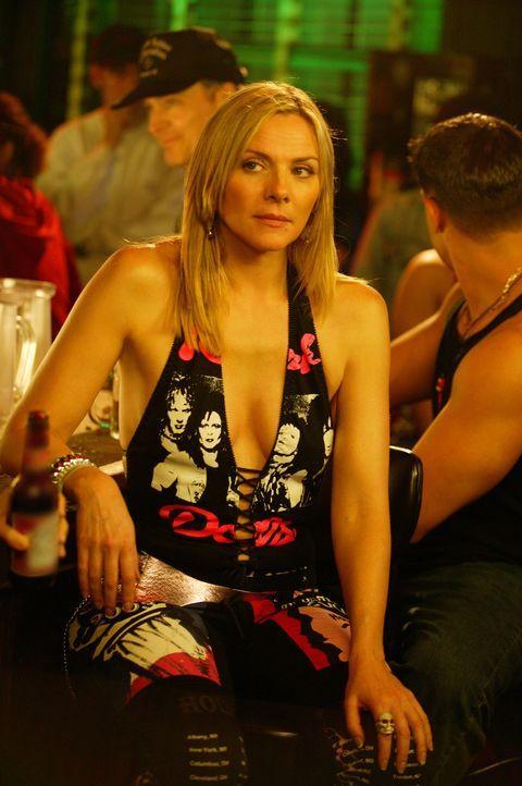 Um den Frust des Tages abzuschütteln, begeht Samantha (Kim Cattrall) einen fatalen Fehler. Sie raucht einen Joint ... - Bildquelle: Paramount Pictures